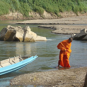 buddhistische monnik steekt rivier over