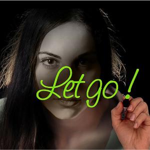 vrouw schrijft Let Go