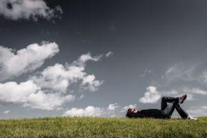 man liggend in gras